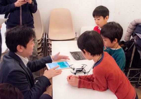 プログラミングを子供に教えているシーン