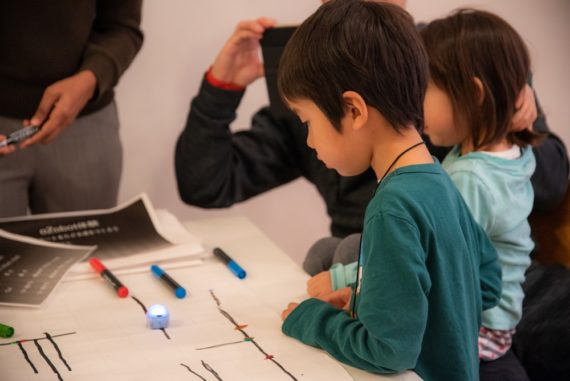 ozobotプログラミングを試行錯誤する子供
